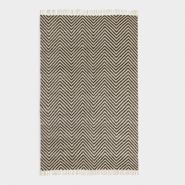 5 X8 Black And Ivory Woven Chevron Indoor Outdoor Rug